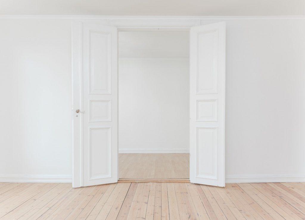 Jak malować drzwi w salonie